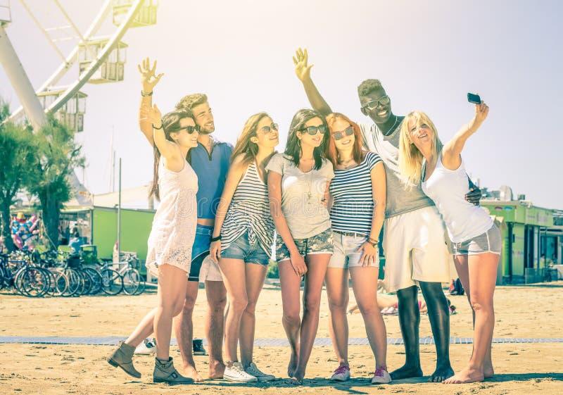Grupp av blandras- lyckliga vänner - Selfie på ferrishjulet arkivbild