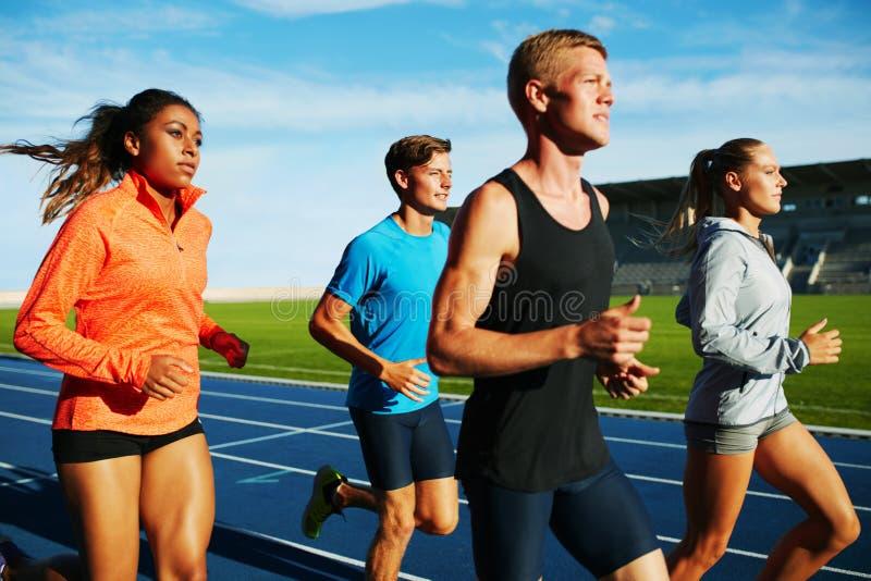 Grupp av blandras- yrkesmässig löpareövning royaltyfri fotografi