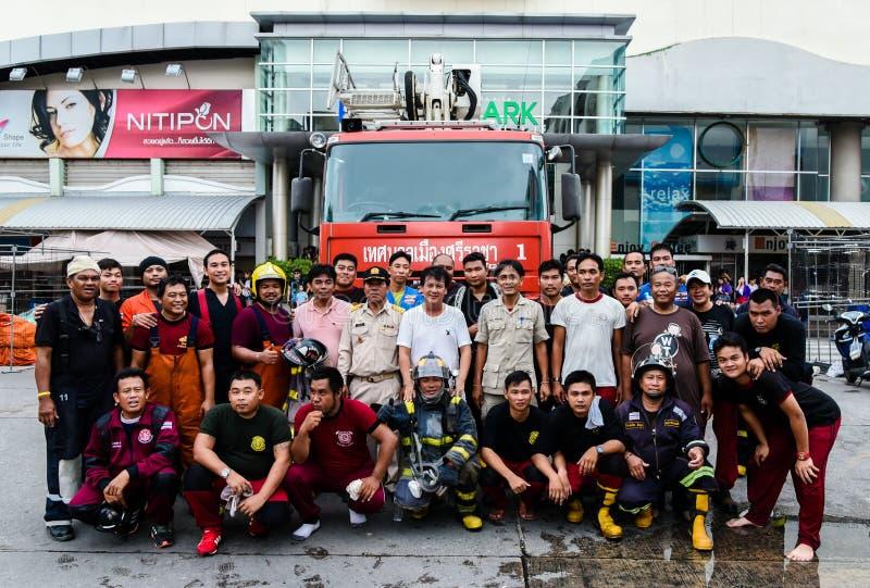 Grupp av brandmanståenden efter brandpost av Robinson Srirac royaltyfria foton