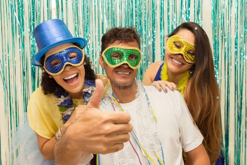 Grupp av brasilianska vänner som bär den Carnaval dräkten Mannen gör a fotografering för bildbyråer