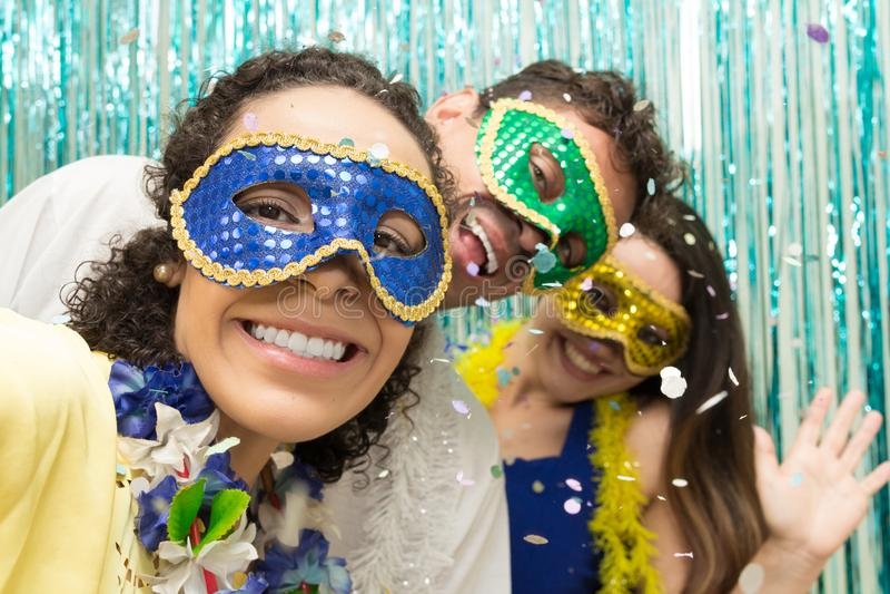 Grupp av brasilianska vänner som bär den Carnaval dräkten Rumlarece arkivfoton