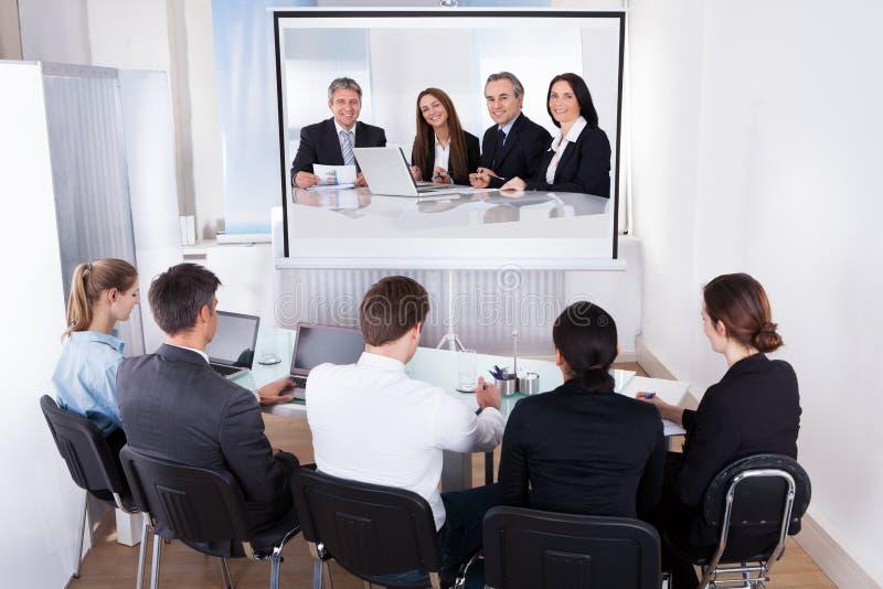 Grupp av businesspeople i videokonferens fotografering för bildbyråer