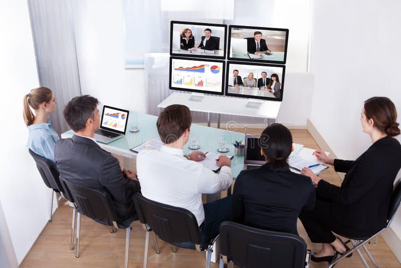Grupp av businesspeople i videokonferens arkivbild