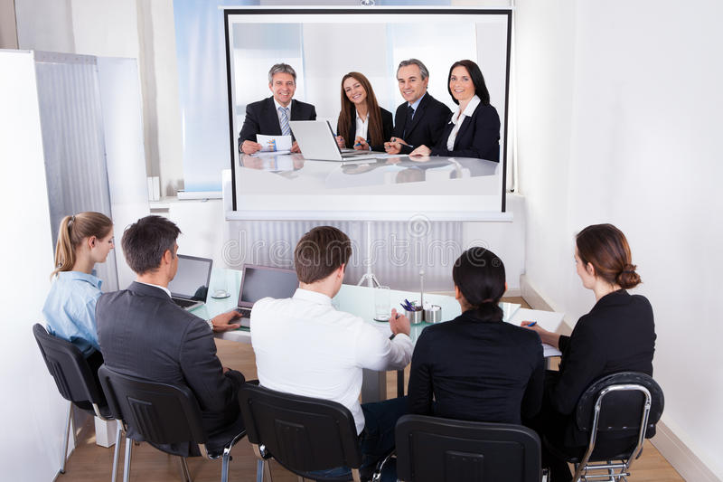 Grupp av businesspeople i videokonferens royaltyfri bild