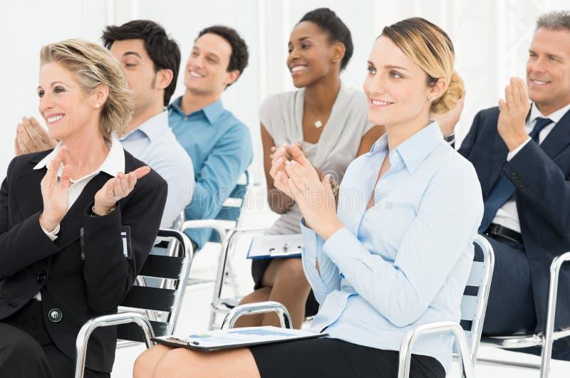 Grupp av Businesspeople som applåderar i seminarium royaltyfri bild