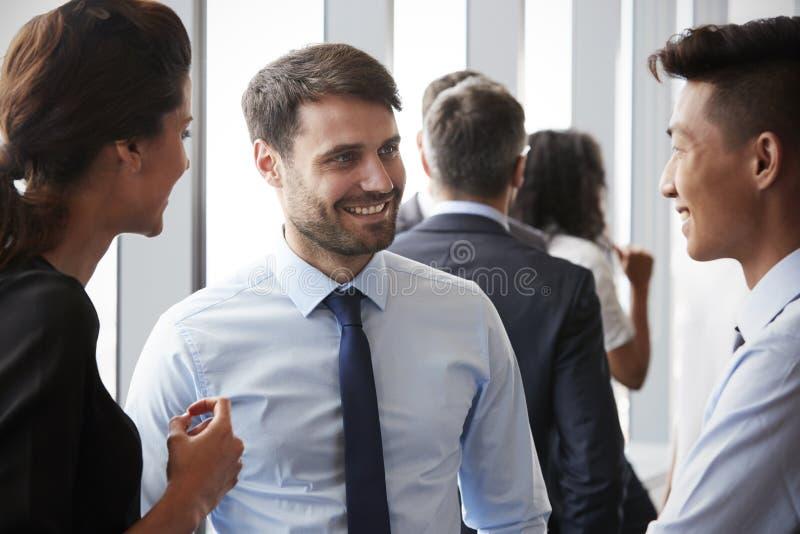 Grupp av Businesspeople som har informellt kontorsmöte arkivbilder