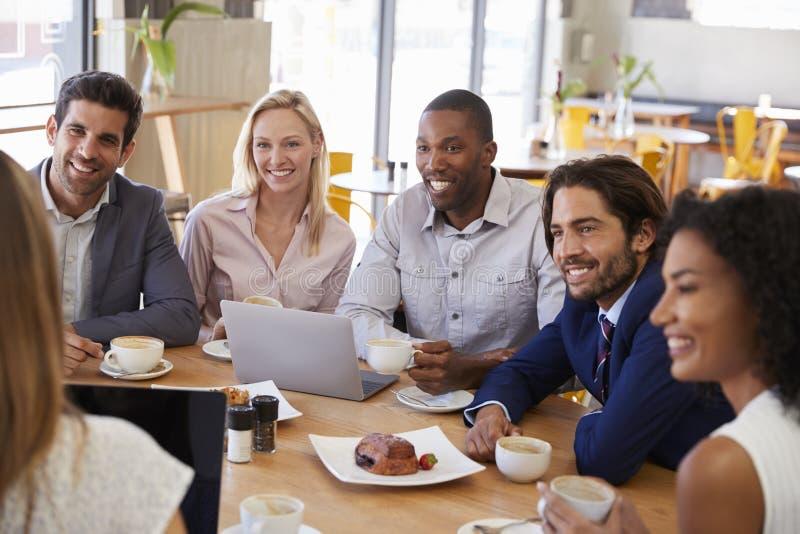 Grupp av Businesspeople som har möte i coffee shop royaltyfri fotografi