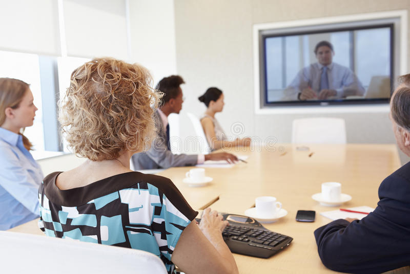 Grupp av Businesspeople som har videokonferens i styrelse arkivfoton