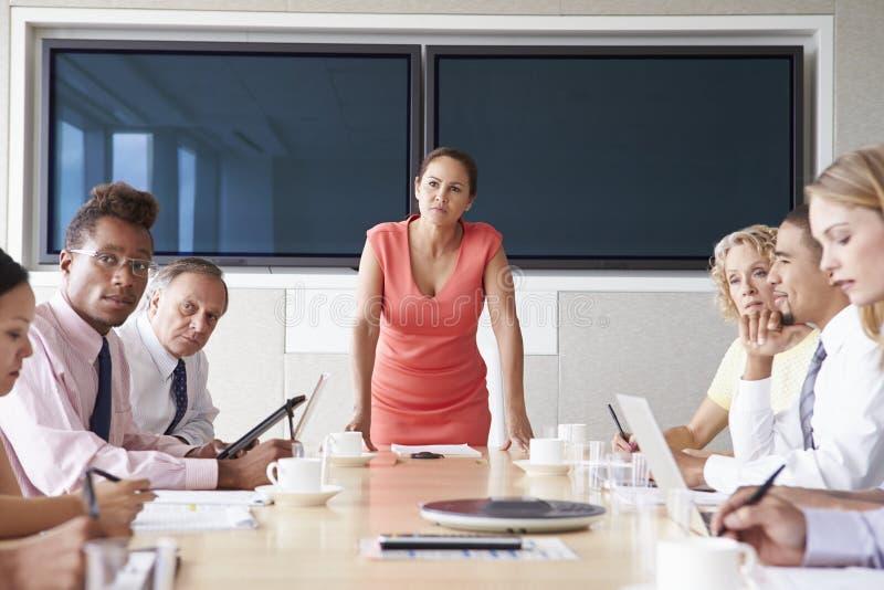 Grupp av Businesspeople som möter runt om styrelsetabellen arkivfoto