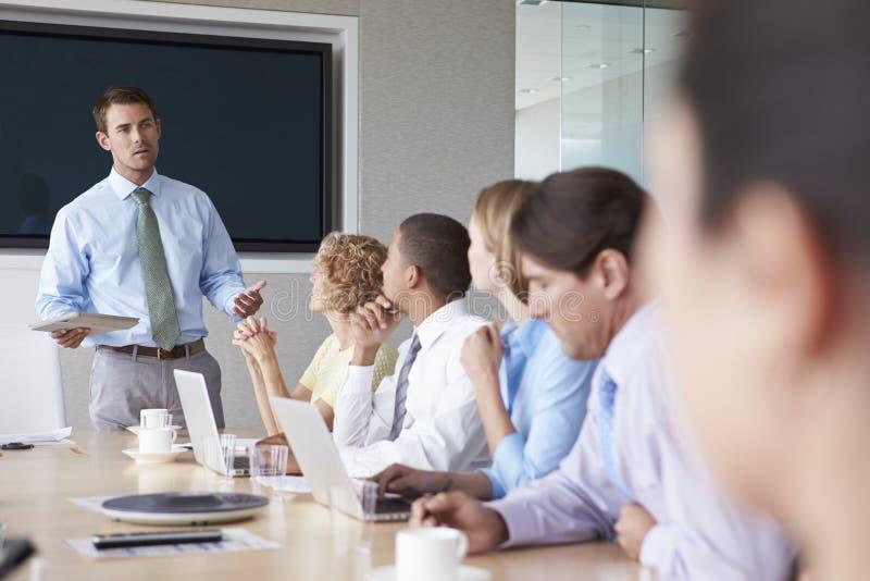 Grupp av Businesspeople som möter runt om styrelsetabellen royaltyfria foton