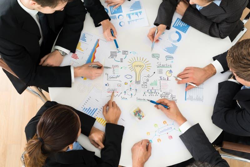Grupp av businesspeople som planerar för start arkivbild