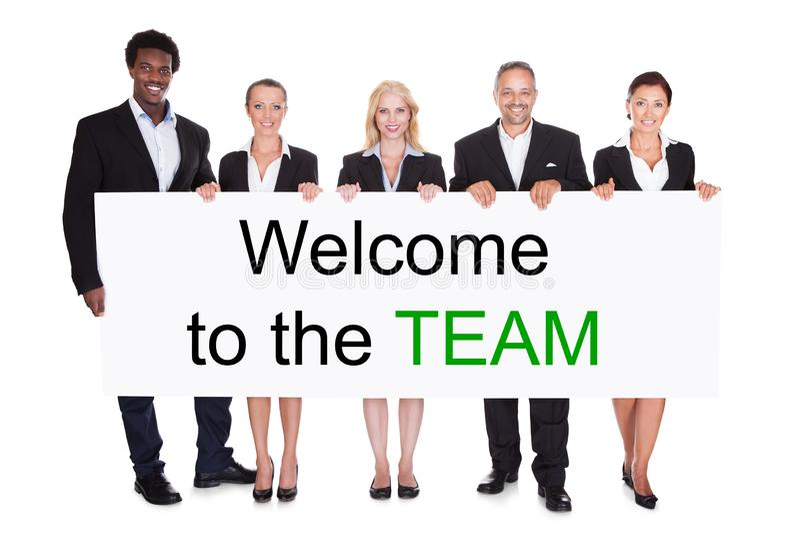 Grupp av Businesspeople som rymmer v?lkomnande till Team Placard arkivbilder
