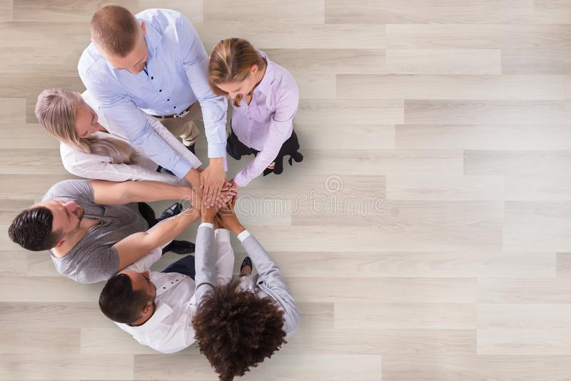 Grupp av Businesspeople som staplar deras h?nder royaltyfri foto