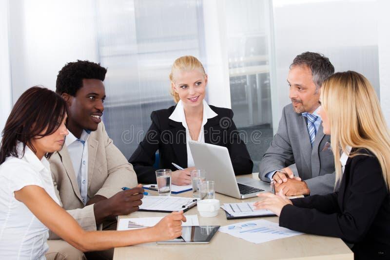 Grupp av Businesspeople som tillsammans diskuterar arkivbild