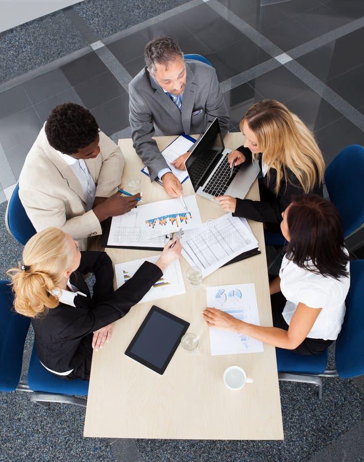 Grupp av Businesspeople som tillsammans diskuterar royaltyfria foton