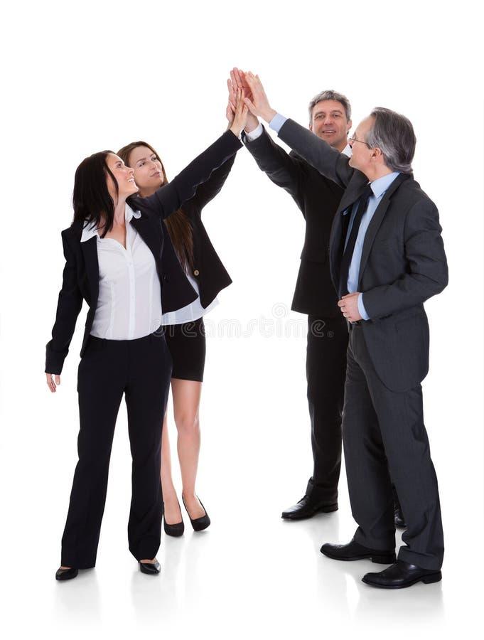 Grupp av Businesspeople som tillsammans lyfter handen royaltyfri foto