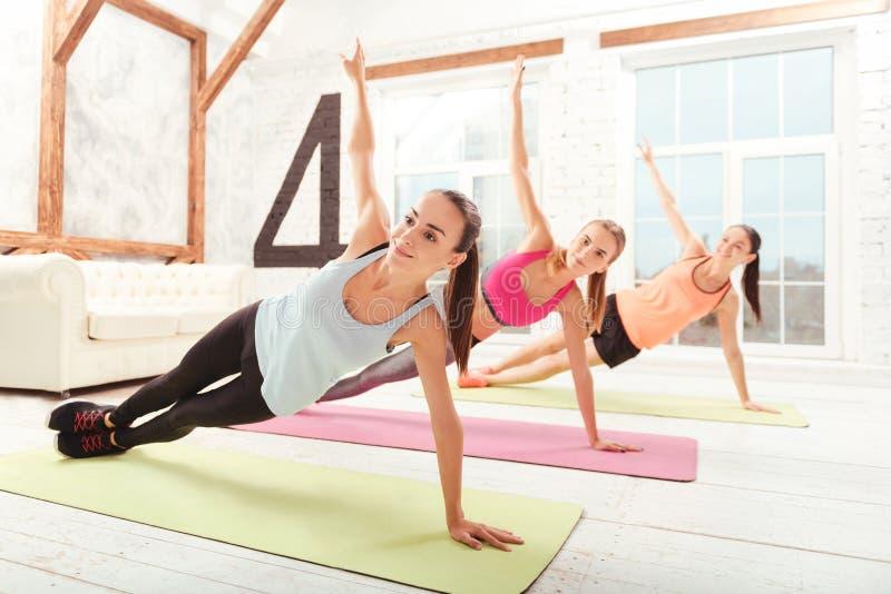 Grupp av damer som gör gymnastik, medan ligga royaltyfri bild