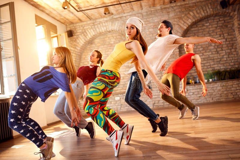 Grupp av dansare som tillsammans dansar arkivbilder