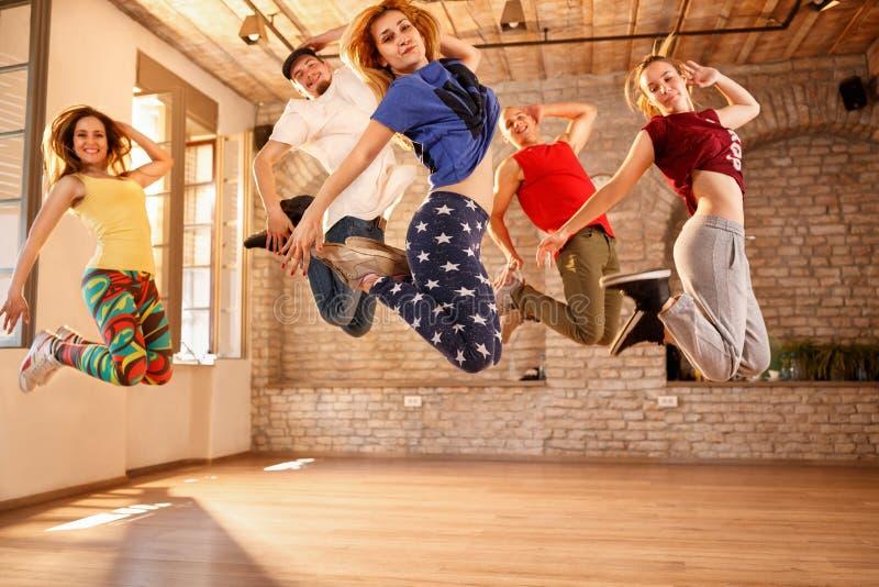 Grupp av dansare som tillsammans hoppar royaltyfria bilder