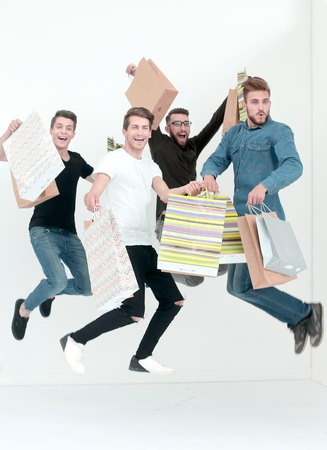 Grupp av dansvänner med shopping royaltyfria bilder