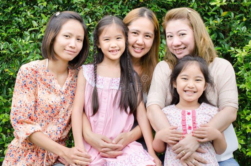Grupp av den asiatiska familjen arkivfoto