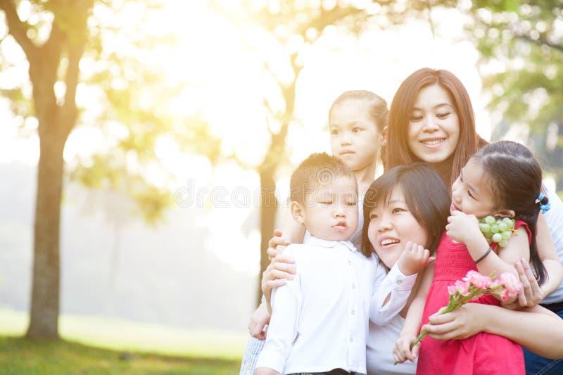 Grupp av den asiatiska familjståenden arkivfoton