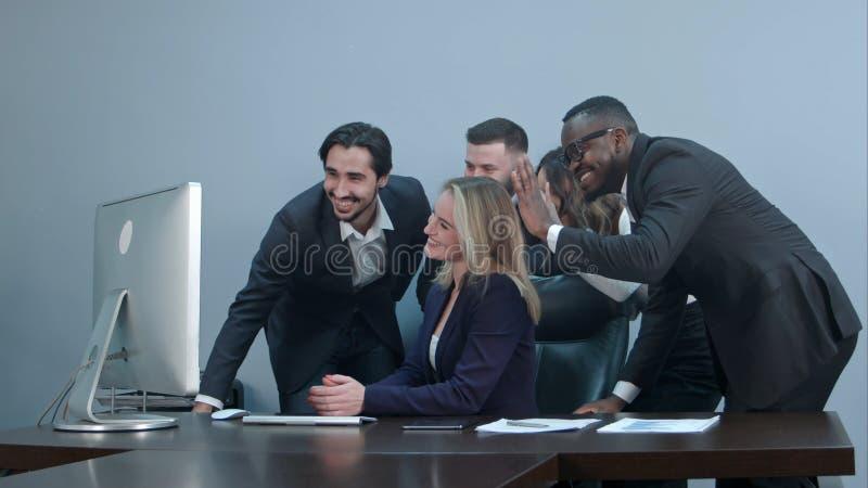 Grupp av den blandras- för businesspeople videoconferencingen tillsammans på arbetsplatsen fotografering för bildbyråer