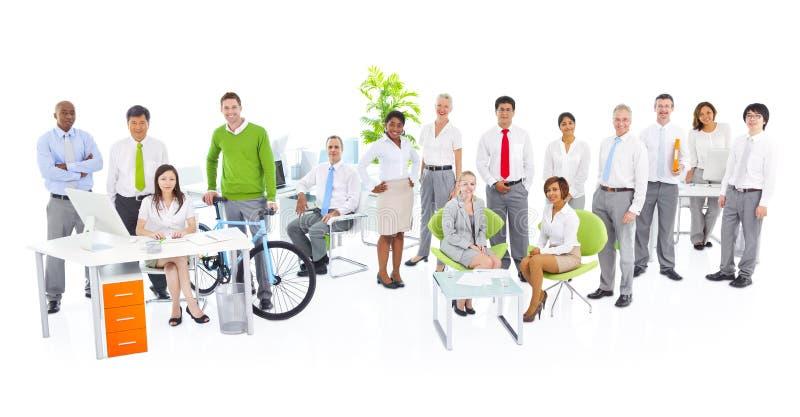 Grupp av den gröna affärskontorsarbetaren fotografering för bildbyråer