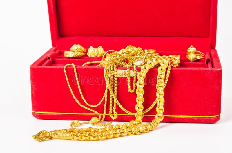 Grupp av den guld- halsbandet och den guld- cirkeln av tillbehör royaltyfri foto
