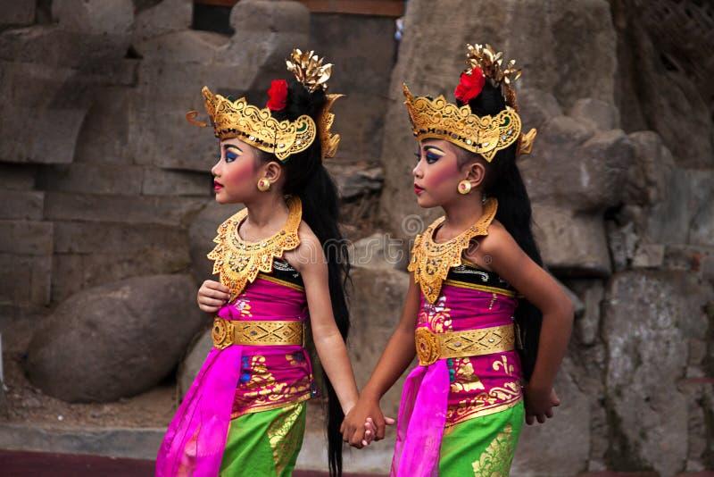 Grupp av den härliga Balinesedansaren arkivbild