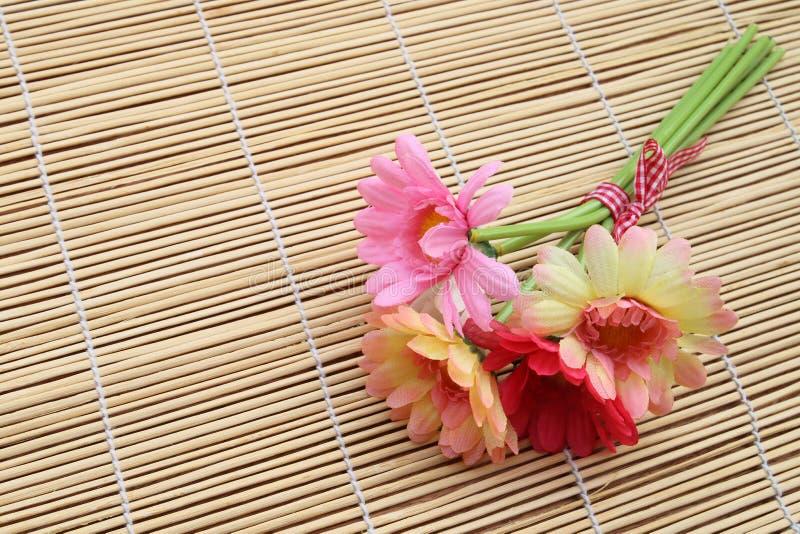 Grupp av den konstgjorda blomman på matt royaltyfria foton