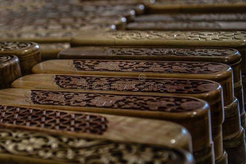 Grupp av den träinvecklade dekorerade sned blyertspennaasken Konsten av färgminiatyren i Uzbekistan arkivfoton