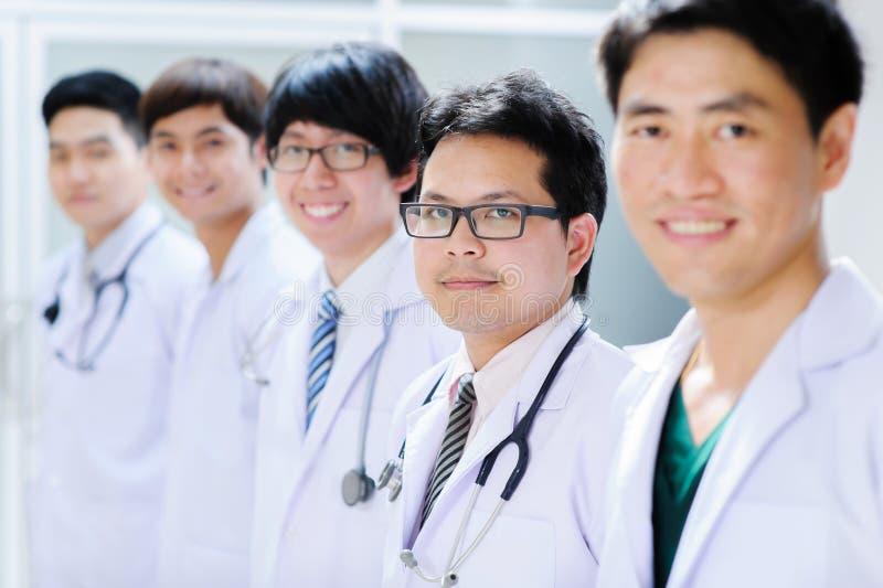 Grupp av den unga asiatiska doktorn royaltyfria bilder