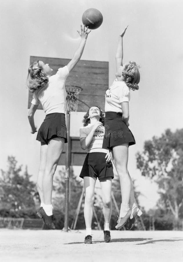 Grupp av den unga kvinnan som spelar basket (alla visade personer inte är längre uppehälle, och inget gods finns Leverantörgarant arkivbilder