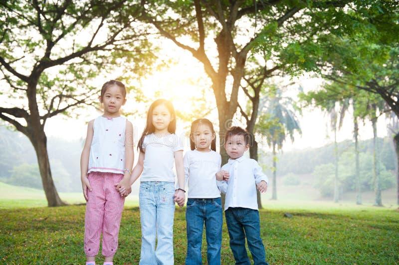Grupp av den utomhus- ståenden för asiatiska barn royaltyfri foto