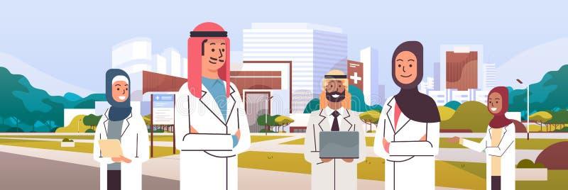 Grupp av det arabiska doktorslaget i likformign som tillsammans framme står av sjukhuset som bygger yttersida för medicinsk klini vektor illustrationer