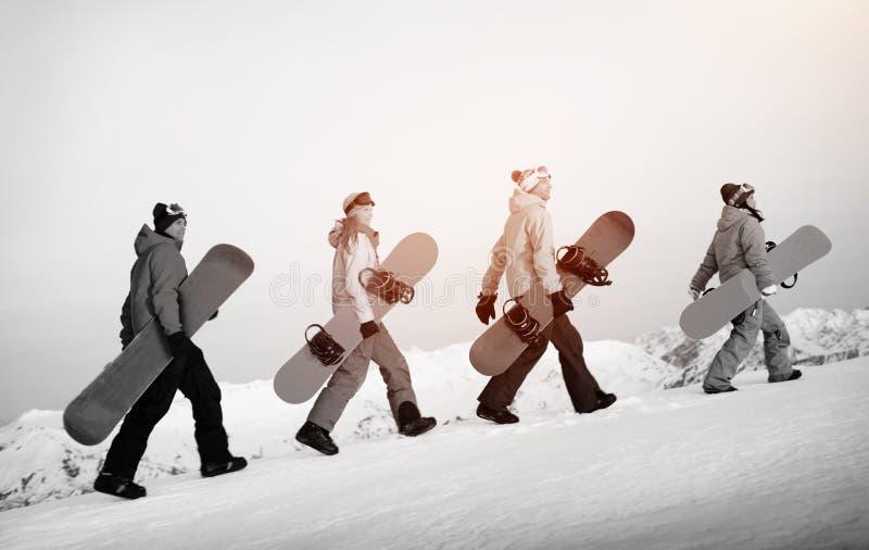 Grupp av det extrema skidåkningbegreppet för Snowboarders royaltyfria bilder