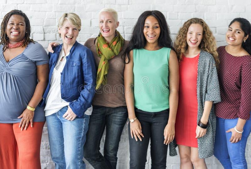 Grupp av det gladlynta begreppet för kvinnalycka arkivbild
