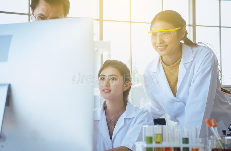 Grupp av det nya projektet för mångfaldmedicinareforskning med hög professor tillsammans på laboratoriumet royaltyfri fotografi