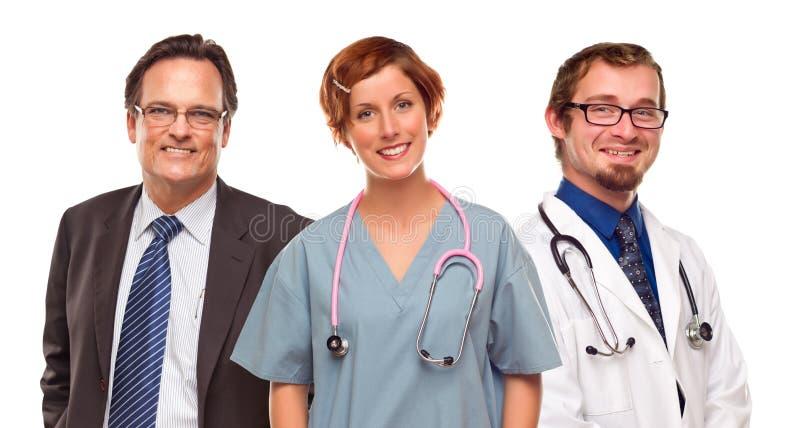 Grupp av doktorer eller sjuksköterskor och affärsman på vit royaltyfri bild