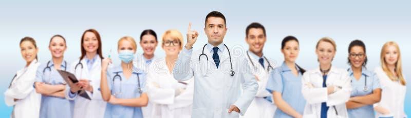 Grupp av doktorer och sjuksköterskor med skrivplattan arkivfoton