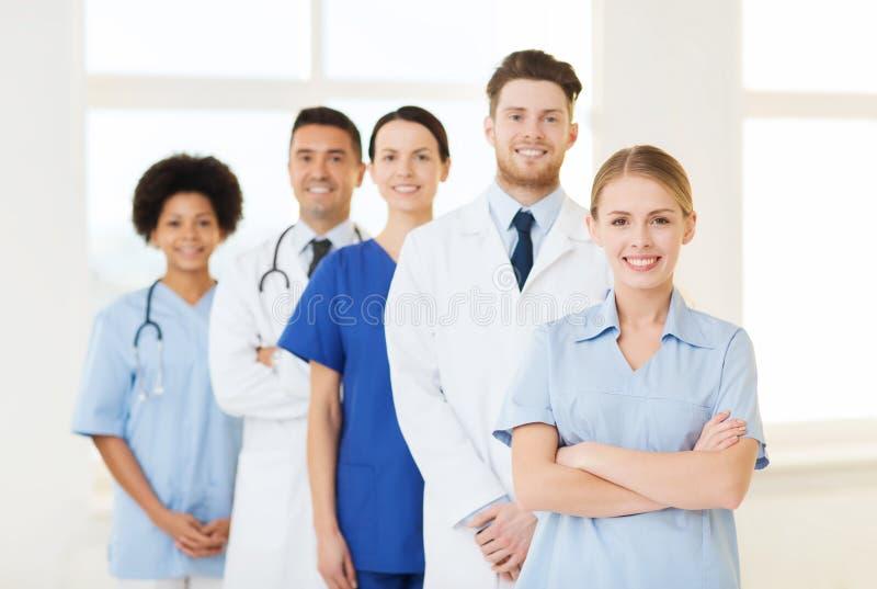 Grupp av doktorer och sjuksköterskor på sjukhuset royaltyfria bilder