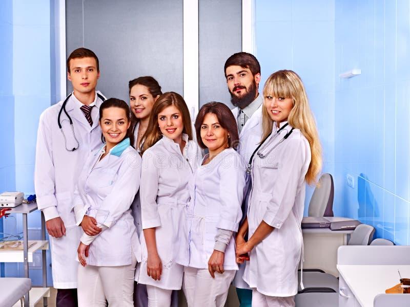 Grupp av doktorn på sjukhuset. arkivbild