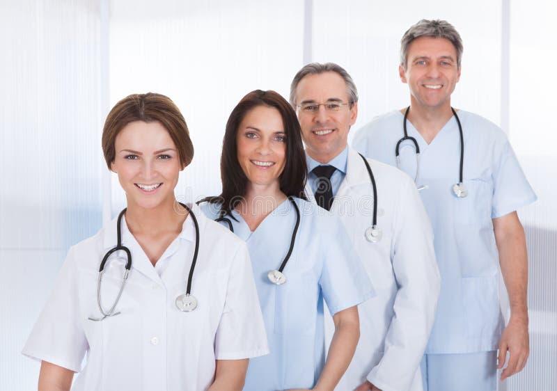 Grupp av doktorn som i rad står arkivfoton