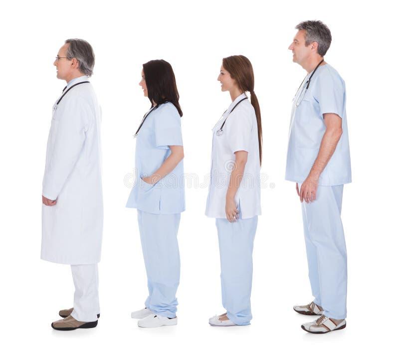 Grupp av doktorn som i rad står royaltyfri bild