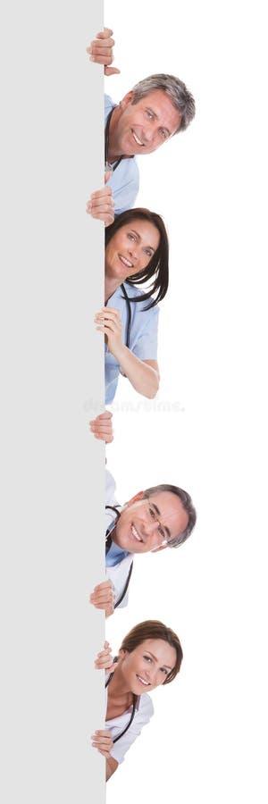 Grupp av doktorsinnehavplakatet royaltyfria bilder