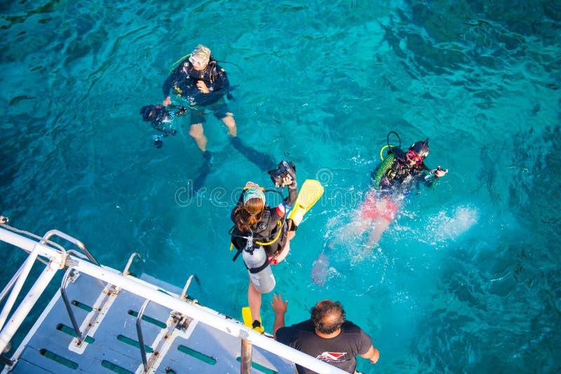 Grupp av dykare med utrustning, innan att dyka på Similan mor royaltyfri foto