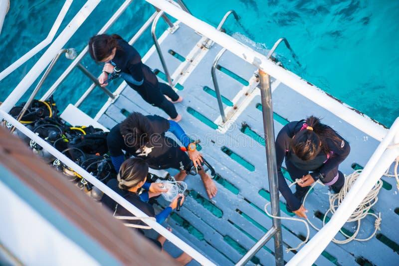 Grupp av dykare med utrustning, innan att dyka på Similan mor royaltyfria foton