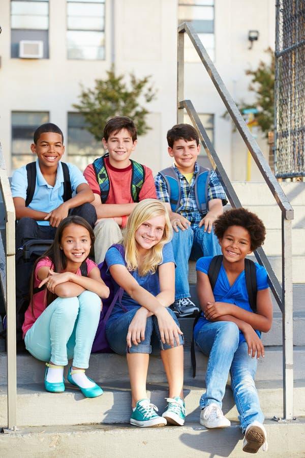 Grupp av elementära elever utanför klassrum royaltyfri fotografi