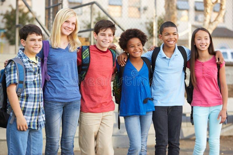 Grupp av elementära elever utanför klassrum arkivbilder